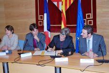 L'alcalde, Jordi Solé, i l'alcaldessa, Cathy Delmon, signen l'agermanament entre Caldes de Montbui i Saint-Paul-lès-Dax, l'any 2012