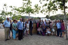 Foto de família davant el nou monòlit
