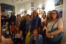 Alumnat i professorat del Taller d'Art, amb regidors i regidores, a la inauguració de l'exposició